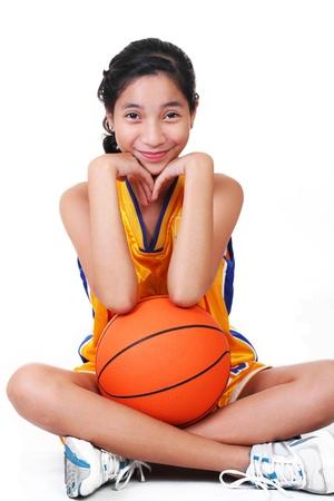 basketball girl: Linda ni�a asi�tica en fondo de uniform.white de baloncesto.