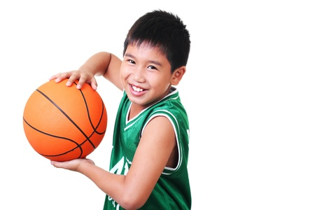 enfant qui joue: Happy boy asiatique, jouer au basket-ball