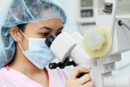 scienziati: Close up of asiatici ricercatore femminile o il medico lavorando in laboratorio