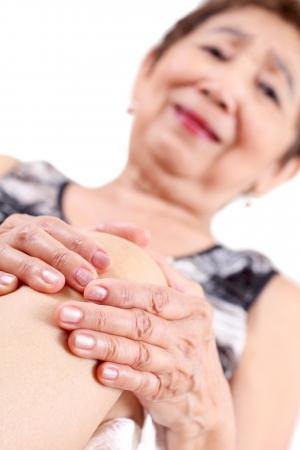 dolor de rodilla: Anciana la celebraci�n de la rodilla con dolor