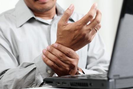 artritis: Hombre con la mano pain.Close arriba. Foto de archivo