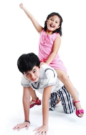 hermanos jugando: Hermano y hermana jugando y divirtiéndose.