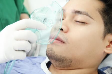 ox�geno: Paciente adulto recibiendo tratamiento con ox�geno a un trabajador de la salud. Foto de archivo