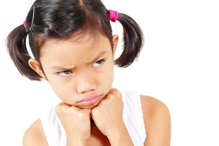 tantrums: Giovane ragazza che esprime emozione di anger.Isolated in sfondo bianco.