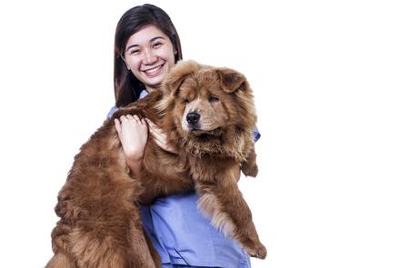 mujer con perro: Señora feliz de Asia con un perro. Aislado en el fondo blanco.