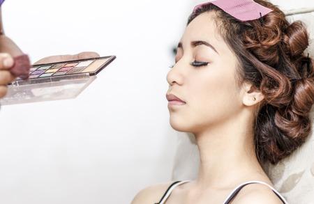 salon beaut�: belle jeune femme asiatique pr�paration pour le maquillage dans le salon de beaut�.