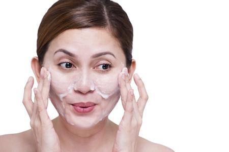 jabon: Feliz bella dama limpieza de la cara con jabón. Aislado en el fondo blanco.