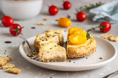 Savory cheesecake with tomatoes and thyme. Copy space. Light gray background. Imagens