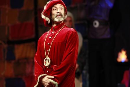 Een man verkleed als Magnifico. Een scène uit het drama van het toneelstuk van Shakespeare. Stockfoto - 48416331