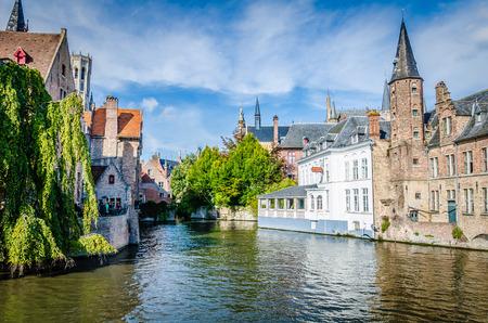 """Sceneria z kanałem wodnym w Brugii, """"Wenecja Północy"""", pejzaż Flandrii w Belgii"""