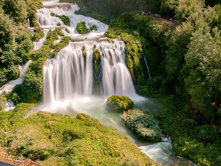 Marmore 폭포, 아름 다운 여름날 (Cascata 델레 Marmore, 움 브리아, 이탈리아) 녹색 숲에 자리 잡은 폭포