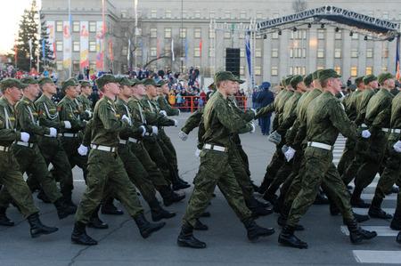 batallón: IRKUTSK RUSIA 7 MAY 2015: Ensayo del desfile del Día de la Victoria en Kirov39s plaza Irkutsk. 70 años de la victoria en la Primera Guerra Mundial 2 contra la Alemania nazi