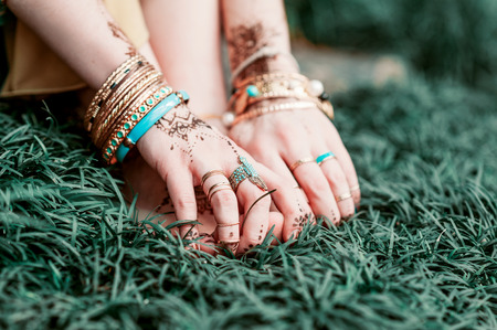 mehendi: Indian hindu bride with mehendi heena on hand. Stock Photo