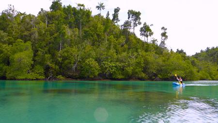 Kayak en un río tropical entre los manglares, Papúa Occidental, Raja Ampat, Indonesia