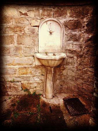 periferia: Una vecchia fontana pubblica sopravvive nella periferia di Trieste Archivio Fotografico