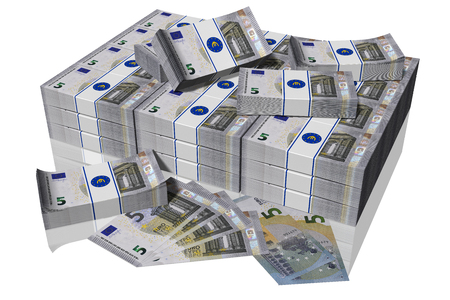 Pila di banconote da 5 euro su sfondo bianco