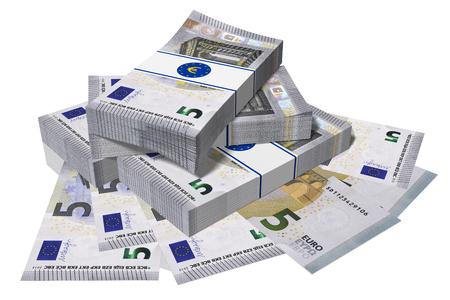 successo: Pila di banconote da 5 euro su sfondo bianco