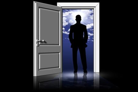 Uomo di fronte a porta aperta. Cielo e nuvole sullo sfondo.