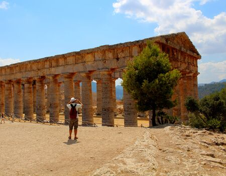 Evocative imagine of Classic Doric Greek Temple at Segesta, Sicily Archivio Fotografico - 127175817