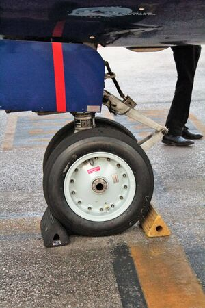 boeing 737, interesting image of the wheel of front landing gear 免版税图像