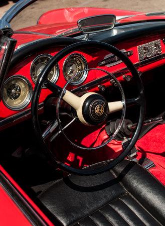 PORTO CERVO, Italië - 18 augustus 2017: Vintage Italiaanse auto Alfa Romeo Giulietta Spider 1600 (1964) Redactioneel