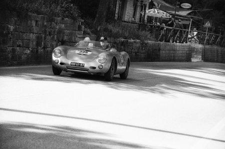 GOLA DEL FURLO, ITALIÃ‹ - MEI 19: PORSCHE 550 SPYDER RS 1955 op een raceauto in verzameling Mille Miglia 2017 de beroemde Italiaanse historische race (1927-1957) op 19 mei 2017