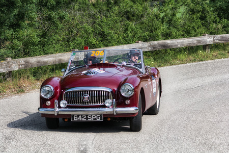 PESARO COLLE SAN BARTOLO, ITALY - MAY 17 - 2018: NASH HEALEY SPORTS 3850 cm3 1951 on an old racing car in rally Mille Miglia 2018 the famous italian historical race (1927-1957) Editoriali