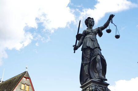 Frankfurt am Main, Deutschland, August 2019. Der Römerbergplatz ist geprägt vom Gerechtigkeitsbrunnen. Die Statue hält die symbolischen Platten der Waage, die vom Wind wie Wolken leicht bewegt werden.