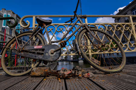 Ghent, Belgium, August 2019. A bike has been fished from the canal: it is rusty and full of dirt. It was left on the deck so that the owner could take it back. 版權商用圖片 - 141653543