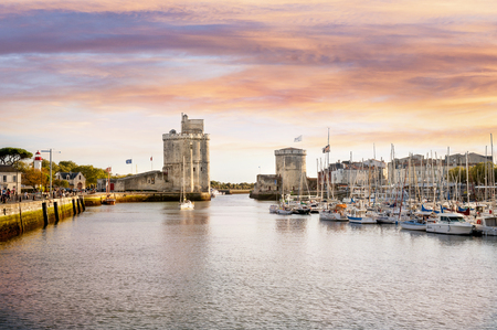 La Rochelle. Walled entry port of La Rochelle in France, tower of the Chaine on the left, tower saint Nicolas (Tour saint nicolas) on the right. Region Charente Poitou. France. Foto de archivo