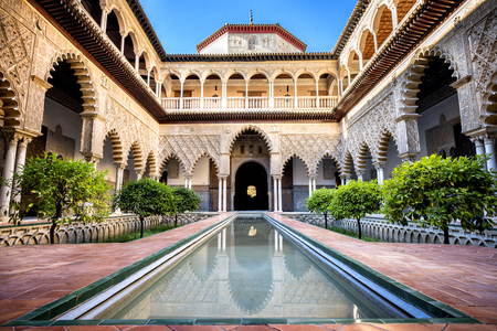 SEVILLA, SPANIEN: Real Alcazar in Sevilla. Patio de las Doncellas im königlichen Palast, realer Alcazar (errichtet im Jahre 1360), Spanien