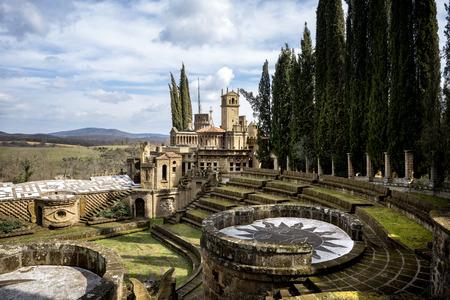 モンテガビオーネ:スカルズオーラ、理想の都市、トンマーゾ・ブジによって設計された芸術作品、ウンブリア地方の古代カトリック聖域の公園内。イタリア。