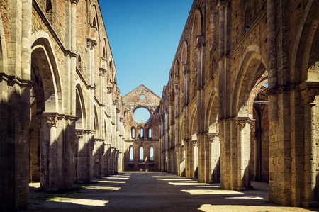 La antigua Abadía de San Galgano, es un ejemplo admirable de arquitectura románica en Toscana. Chiusdino, Siena, Italia.