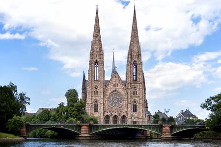 Straßburg: Die Paulskirche von Straßburg (Eglise Saint-Paul de Strasbourg, 1897) ist ein bedeutendes Architekturgebäude im neugotischen Stil und eines der Wahrzeichen der Stadt Straßburg. Elsass, Frankreich
