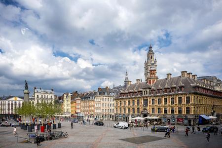 LILLE: Place du General de Gaulle, frente al antiguo edificio de la Bolsa de Lille, Francia.