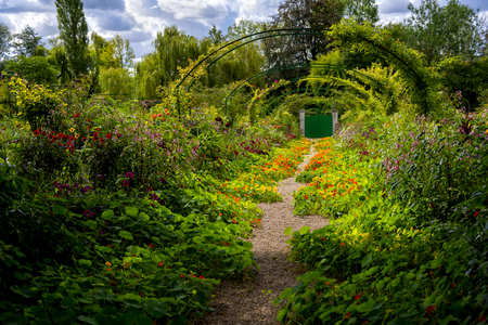 ジヴェルニー:フランスノルマンディーのジヴェルニーにあるモネの庭の花の路地