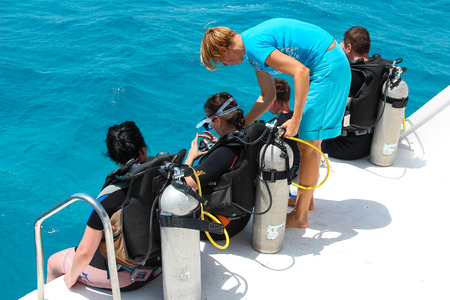 skindiver: HURGHADA, EGYPT - Apr 30, 2015: The woman diving coach gives instructions to beginners before diving from the boat, red sea, Egypt, HURGHADA on Apr 30, 2015