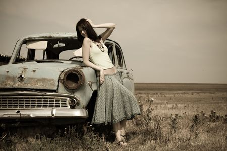 vintage foto: meisje in de buurt van de oude auto, foto in vintage stijl