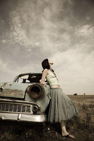 vintage foto: meisje in de buurt van oude auto, foto in vintage stijl