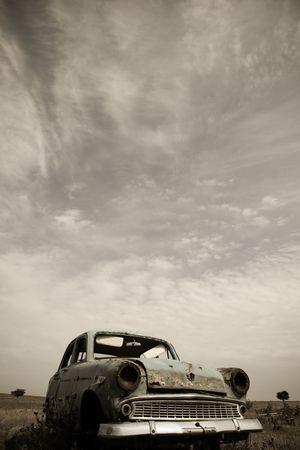 voiture ancienne: vieille voiture � la campagne  Banque d'images
