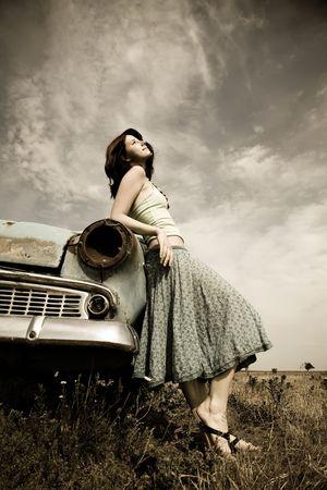 coche antiguo: chica cerca de viejo coche  Foto de archivo