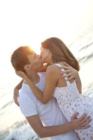 Paar kussen bij zons opgang  Stockfoto