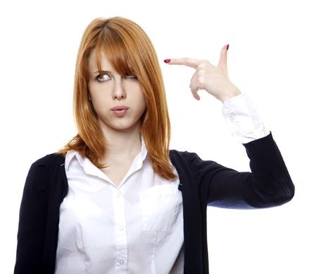 loco: Chica pelirroja mantener el dedo cerca de cabeza y mostrar un disparo de arma de fuego.