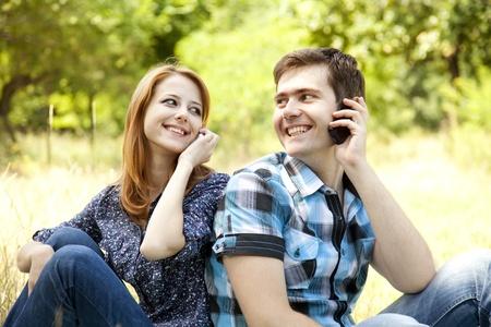 persona llamando: Pareja llamando por tel�fono m�vil en el exterior en verano.