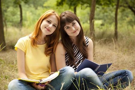 Dos amigas haciendo la tarea en el parque. Foto de archivo - 9908664