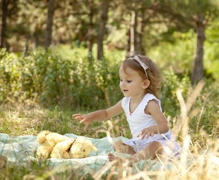 little models: Ni�a juega en el Parque.