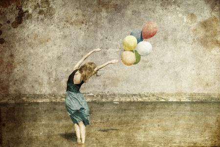 pelirrojas: Chica pelirroja con globos de colores en la costa. Foto de viejo estilo de imagen.