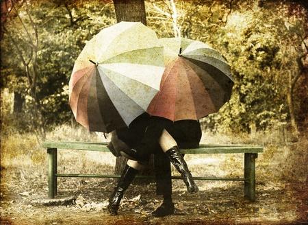 UOMO pioggia: Coppia nel parco in autunno. Foto in stile vecchia immagine. Archivio Fotografico