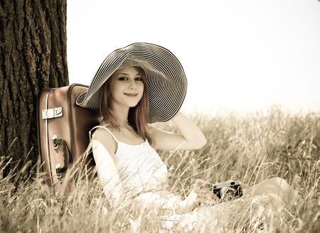 immagine gratuita: Ragazza seduta vicino albero con la macchina fotografica vintage. Foto in vecchio stile giallo, immagine a colori.
