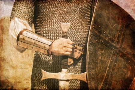 Foto van Ridder en zwaard. Foto in oude stijl.